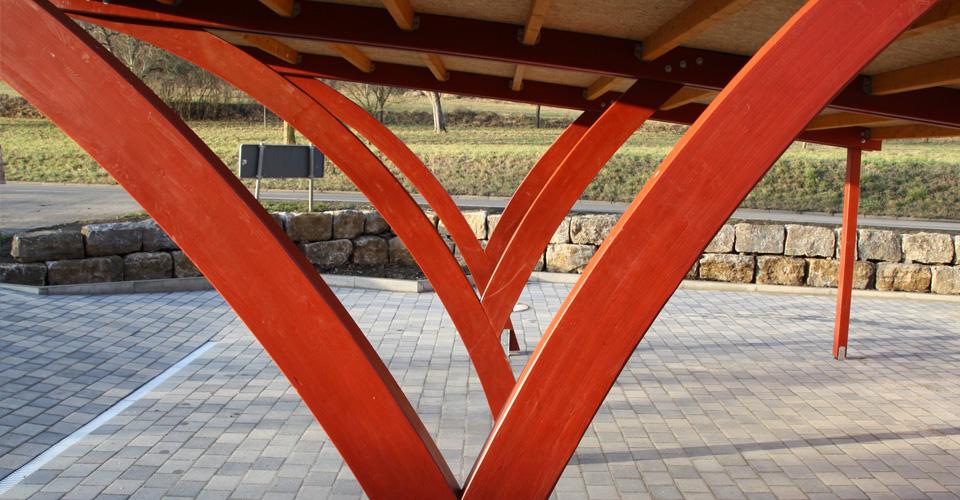 Carport mit Bogenpfosten. Erstellung von entsprechenden Fundamenten
