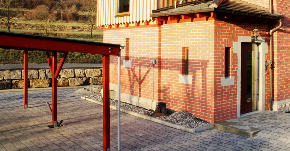 Einbau einer Drainage und Kiesbett für trockenere Backstein-Mauern.