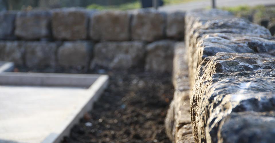 Erstellung einer Trockenmauer mit Naturstein Muschelkalk